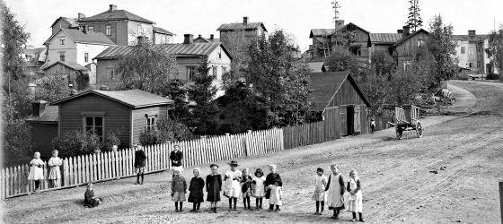 Signe Brander kuvasi lapsia Pasilankadulla vuonna 1912. Taustalla Hertanmäki.