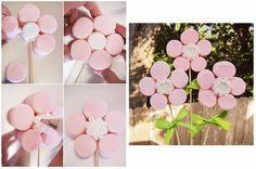 Les marshmallow sont des bonbons mous de différentes couleur qui fondent dans la bouche. Voici comment réaliser des fleurs décoratives et délicieuses : - Faites tremper les brochettes en bois dans ...