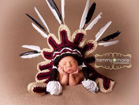 Seminole Indianerstamm Kopfschmuck / Thanksgiving Indian Hut, made in den offiziellen Farben der Seminole University of Florida. Weich, gestrickte, Baby Mütze, die Neugeborenen, Baby oder Kleinkind Größe bestellt werden können. Verziert mit Federn. Geben Sie bei Ihrer Bestellung die gewünschte Hut Größe. Ein Neugeborenes Größe Hut werden versendet, sofern nichts anderes verlangt. Verschiedene Farbkombinationen auf Anfrage. Keine Stammes-Farben erzielt werden konnte. Größen erhältlich: ...