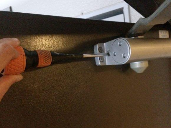玄関ドアがバタンと閉まってうるさい その悩み ドライバー1本で解決
