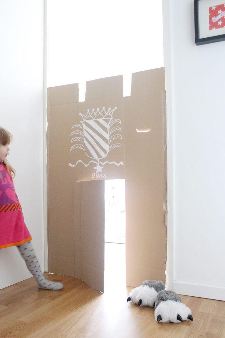 Bereits vor Monaten habe ich diese einfache Idee fürs kreative Kinderzimmer bei Pinterest gesehen. Seitdem wartete ich sehnsüchtig auf die richtige Gelegenheit bzw. einen unverschämt großen Pappkarton. Kreatives Kinderzimmer – einfache DIY Pappburg aus altem Karton Die DIY Pappburg ist in fünf Minuten gebastelt und ich bin immer noch buff wie viel Spaß Lotte damit hat: Die kleine Tür hat wirklich etwas magisches und dient wahlweise als Burg, Höhle oder Eingang zum Kindergarten. Von…