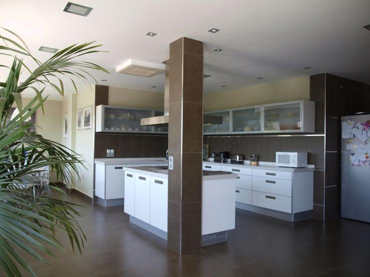 Cocina funcional en tonos madera sencilla minimalista y for Cocinas modernas madrid