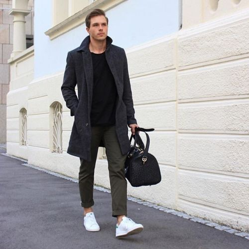 2016-01-06のファッションスナップ。着用アイテム・キーワードはコート, スニーカー, チェスターコート, チノパン, バッグ, Tシャツ,アディダス(adidas)etc. 理想の着こなし・コーディネートがきっとここに。| No:134002
