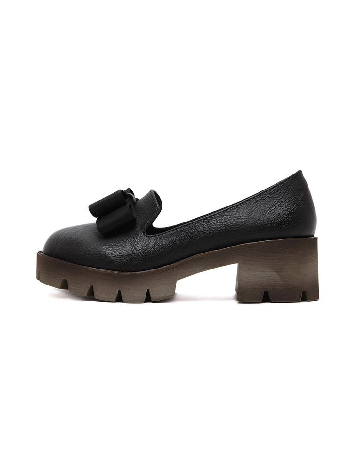 Модные чёрные туфли, украшенные бантом. на платформе