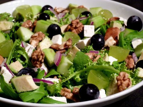 Salade automnale Raisin, Poulet, Avocat, Noix, Féta, Concombre.