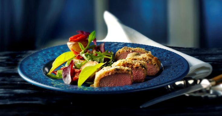 Ovnstegte lammefileter vendt i ost og rosmarin med en salat af lune kartofler og solkyssede tomater.