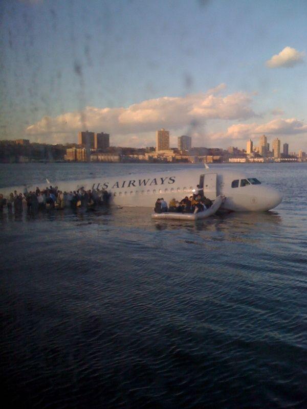 """Twitter blev brugt til 'breaking news' da et fly måtte nødlande i Hudson River, New York. @Janis Krums skrev """"There's a plane in the Hudson. I'm on the ferry going to pick up the people. Crazy""""."""