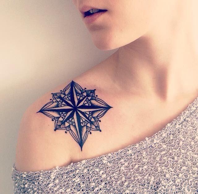 tatouage rose des vents sur clavicule femme