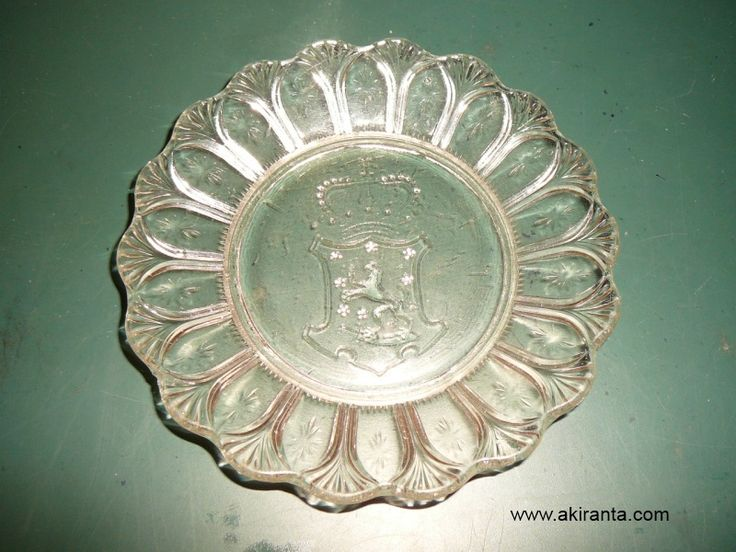 The picture shows the Karhula glassworks lion coat of arms contraindicated puristelasiasetti dating back to 1904. vaaklau.jpg