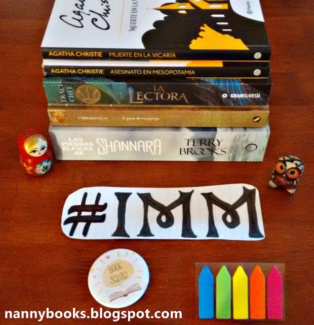 """IMM #118: En mi estantería  Este es un compilado chiquito de libros. Espero que les guste. Como siempre les recuerdo que todas las novedades gatitos lecturas y cosas raras que hago pueden seguirlas en Instagram.  """"In my Mailbox"""" (IMM) o """"En mi estantería"""" es una sección en donde se sacan fotos de los libros que recibes cada semana (ya sean comprados ganados intercambiados o regalados).  IMM #117 - IMM #118 - Próximo IMM el 09/07  Para este IMM hice un cartelito... Wiii! Salió medio medio…"""