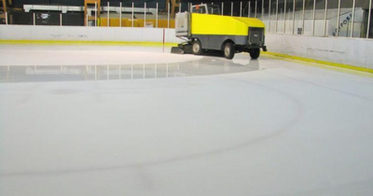 Qual é a máquina que limpa o gelo em pistas de hóquei?. Durante um jogo de hóquei, o gelo fica esculpido, cortado e golpeado, tornando difícil a patinação dos jogadores. Assim, entre os períodos do jogo de hóquei, duas vezes por partido, um Zamboni gigante entra na pista a partir de um dos cantos para polir novamente o gelo.