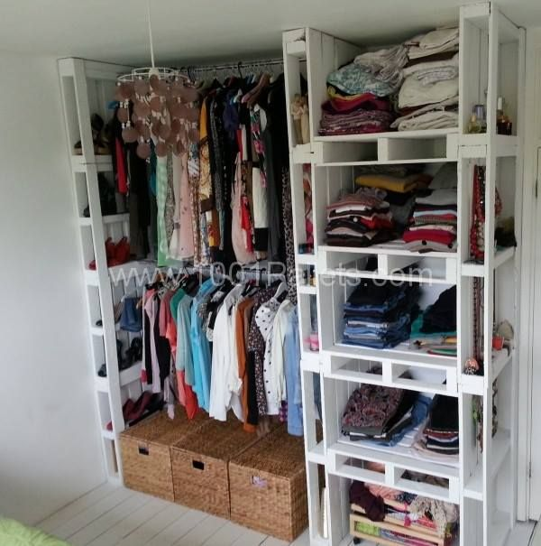 Un petit dressing sympa et pas cher fait en palettes (trouver sur le net) j'aime bien l'idée avec un petit rideau devant