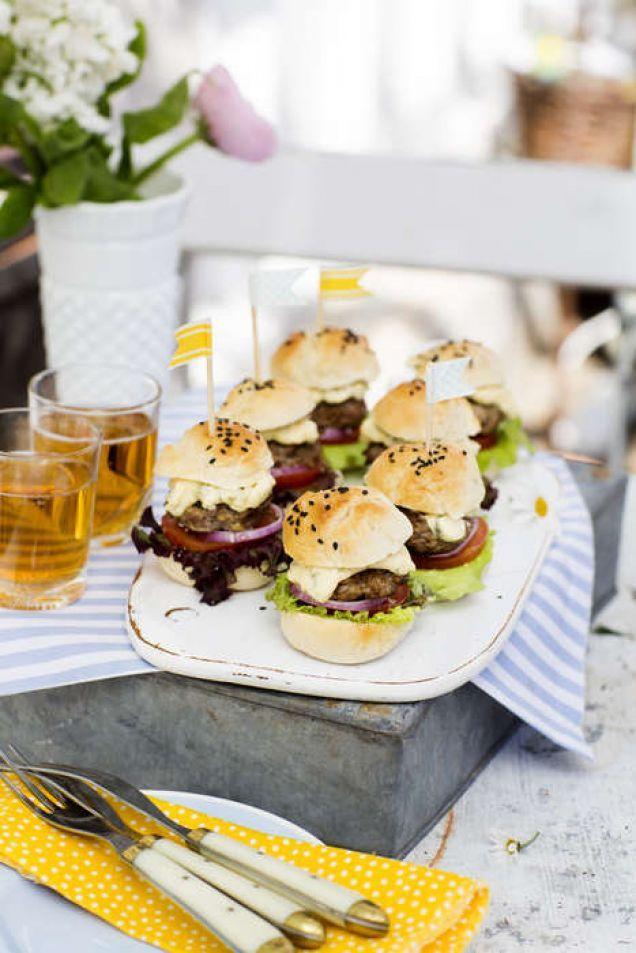 Vem gillar inte hamburgare? Perfekt i miniformat på buffén.
