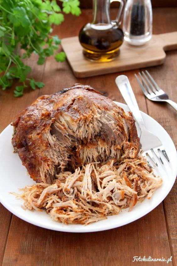 Szarpana, czesana, czy wyczesana wieprzowina, to popularne, głównie amerykańskie danie, zwane tam Pulled pork. To pieczone powoli i w niskiej temperaturze mięso, które dzięki temu jest delikatne.