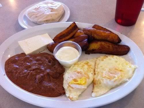 Un desayuno Tipico de Honduras (plátano frito, mantequilla, cuajada fresca,frijoles molidos fritos, huevos y tortilla