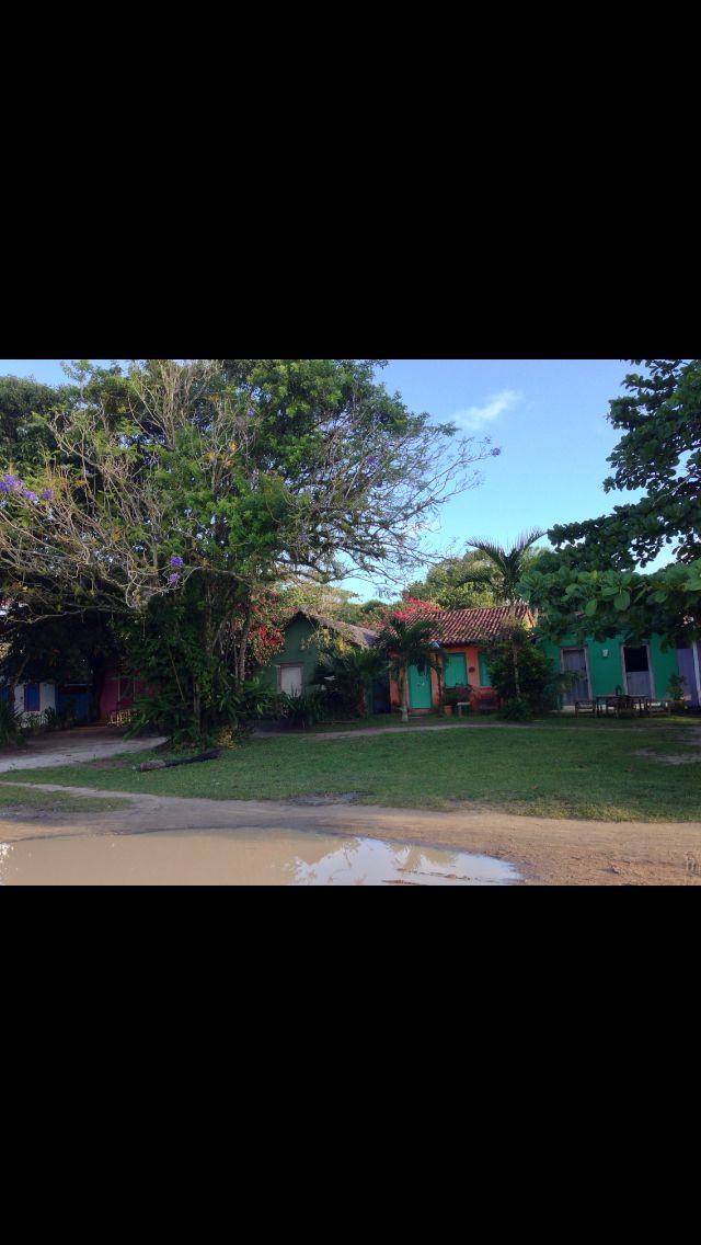 Árvores e casas coloridas no Quadrado em Trancoso - Brasil   http://imoveismlara.wordpress.com/  http://www.marcelolara.com.br
