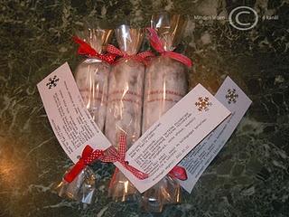 jövő karácsonyra csokiszalámi... nagy ötlet!  A recept:  Hozzávalók:  4 tábla (100-125g) étcsokoládé (érdemes magas kakaó szárazanyagtartalmút választani, 60% felettit, az Aldiban és Lidlben 85%-osakat nagyon baráti áron lehet kapni)  1-2 tábla (100-125g) tejcsokoládé (itt is törekedjünk a magas kakaó szárazanyagtartalomra, az 50%-os már korrekt)  5 dkg vaj (véleményem szerint el is hagyható, de valószínűleg a formázásban segítség a lágyabb csokoládé)  tetszés és ízlés szerinti mennyiségben…