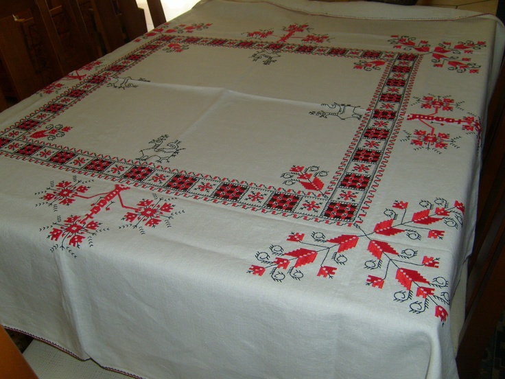 Mantel  bordado en rojo y negro