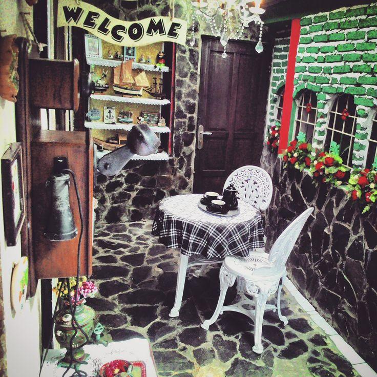 Disini tempat kami duduk minum teh, ditata seperti teras Eropa, mengenang masa Ayah&Mama berbulanmadu dahulu dan terinspirasi dari cafe-cafe...