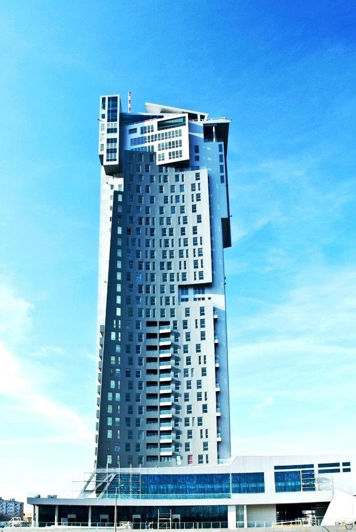 Sea Towers to budynki o charakterze mieszkalno-biurowo-usługowym, okrzyknięte jednym z symboli Gdyni. Zaprojektowany przez wiedeńskie biuro architektoniczne Andrzeja Kapuścika obiekt tworzą dwie wieże wyrastające ze wspólnej podstawy i połączone przeszklonymi łącznikami. Niższa część liczy 28 kondygnacji, zaś wyższa 36 i zakończona jest masztem. Sea Towers obrazują dynamizm miasta i są dowodem na jego rozwój i atrakcyjność.
