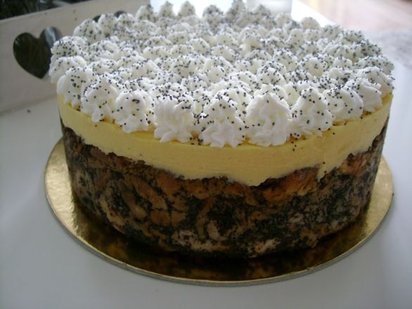 Mákosguba tortát madártej krémmel.