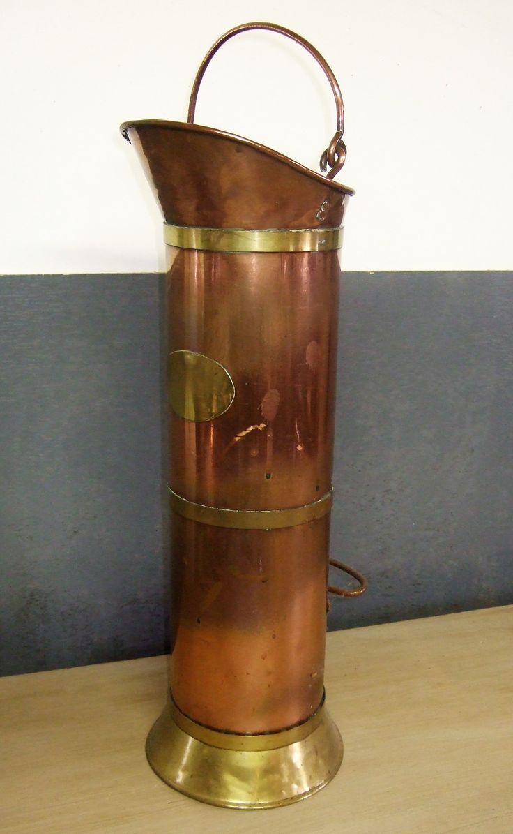 Hoge rood koperen kan. Deze oude kan is rood koper met geel koper. De kit is in originele en erg nette staat.  Hoog 60 cm. www.goemansmeubelen.nl