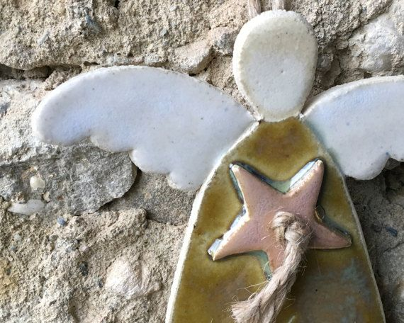 Angelo ocra decorativo in gres da appendere alla parete di mugseco
