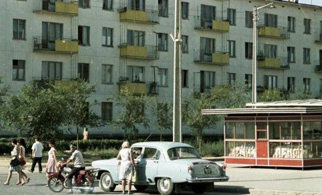 В российских архивах лежат сотни тысяч снимков русских и советских фотоклассиков, однако никто не спешит их выкладывать для общественного доступа по примеру американцев. А если выкладывают, то по капле, маленькими пре...