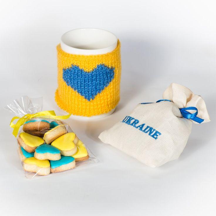 Патриотический набор в подарок для любителей чаепития, состоящий из чашки – теплушки в сине – желтых оттенках, мешочка с чаем (на выбор черным или зеленым) и вкусного печенья. Подарок упакован в яркую подарочную коробку в цветах украинского флага.Прекрасный подарок handmade для насто