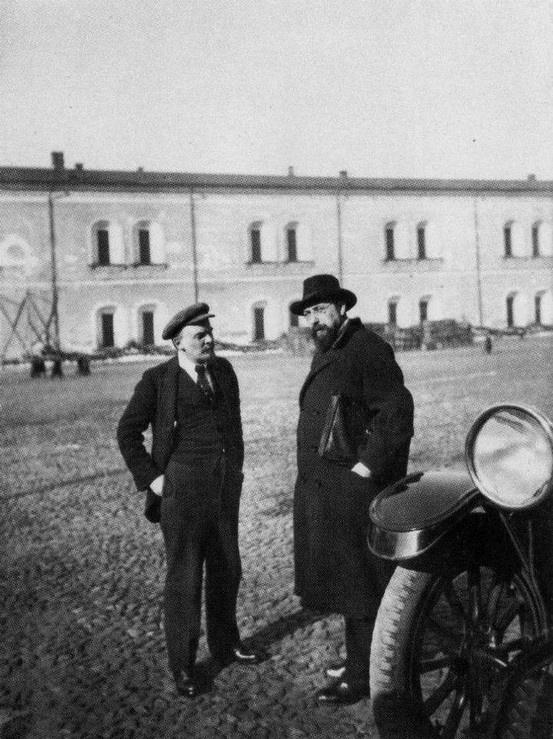 best photos from vladimir ilyich lenin life fotos da vida de vladimir lenin e vladimir bonch perto do kremlin moscou 16 de outubro de 1918