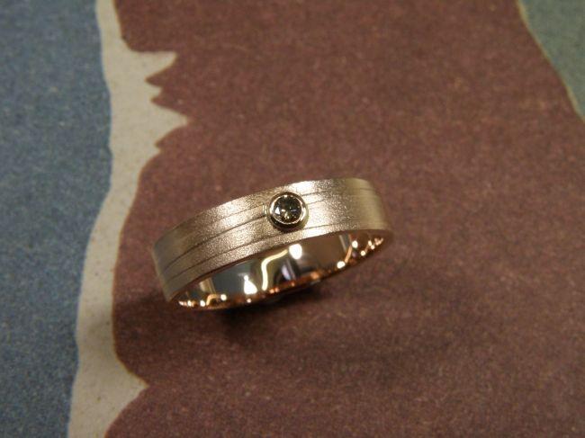* push present | oogst-sieraden * Ring * Roodgoud met lijnenstructuur en natuurlijk bruine diamant * Ter ere van geboorte zoontje *