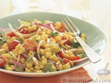 Фото к рецепту: Кукурузный салат с помидорами, авокадо и базиликом