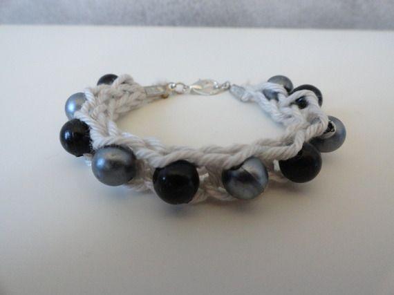 Bracelet tricotin avec perles grises et noires