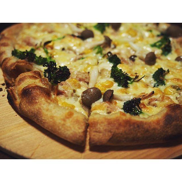 fujifab12 on Instagram pinned by myThings 今夜はPIZZAとトマト鍋〜 こちらは我が家で人気のマヨベース  クラスト/からしマヨネーズ/玉ねぎ/しめじ/ツナ/ブロッコリー/シュレッドチーズ(2種)  生地がいい感じにあがって大満足☺️❤️ 耳に気泡がたくさん入りました〜  #管理栄養士#ピザ#pizza#pizzaparty#cooking#ピザパーティー#夜ごはん#おうちごはん #最低週1ピザ#手作り#石窯作ろう計画進行中#チーズ#おうちごはん#pizza# #cheese#homemade#baking#foodpic#feedfeed @thefeedfeed #yammy#ピザ