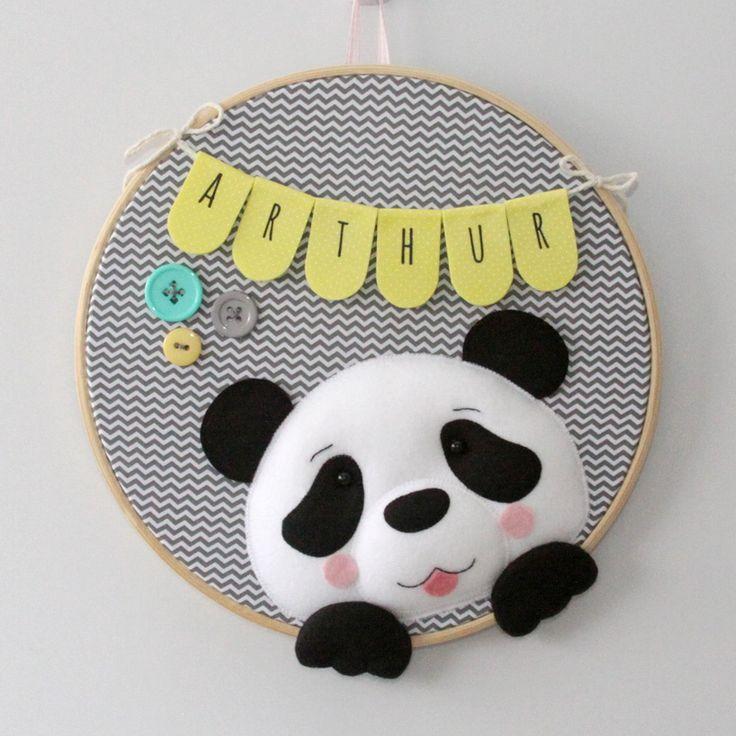 Enfeite para porta de maternidade em bastidor com tema de Urso Panda.  Pode ser feito nas cores e estampas que preferir.    Confeccionado em feltro e tecido 100% algodão.    Medida: cerca de 30 cm de diâmetro