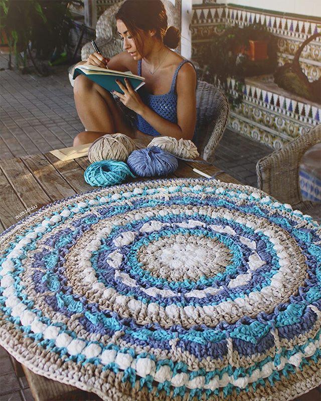 Preparando las últimas vueltas para el patrón del Mandala que estoy haciendo para #katia @katiayarns #susimiu #blue #handmade #crochet #ganchillo #kids #garden #summer #sun #washi #instagram #instablue #deco #rug