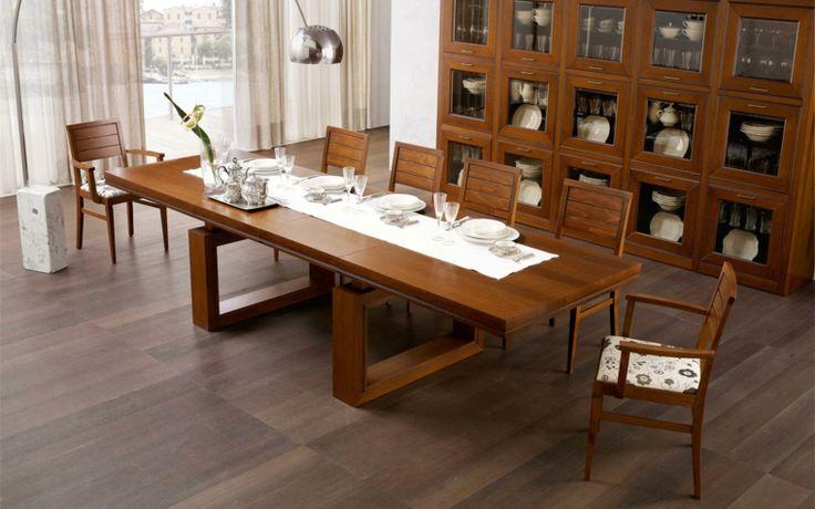 Mesa y sillas de madera de cerezo en el comedor moderno - Sillas de comedor modernas ...