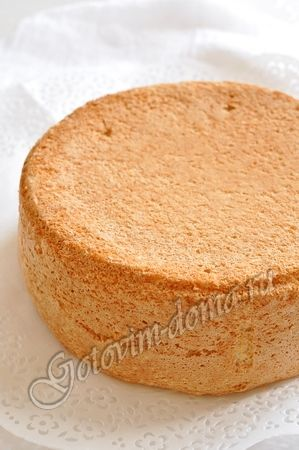 Рецепт: Бисквит классический - Russian Bisvit cake base. This is kind of a sponge cake. Holds together very well. No additional fat used in this cake other thank egg yolk. Once you try this in your cakes you will never go back to the old way of making cakes. Add cocoa for a chocolate cake. Add nuts or poppy seeds for additional flavors. Make sure to add a simple syrup over the cake when preparing with icing.