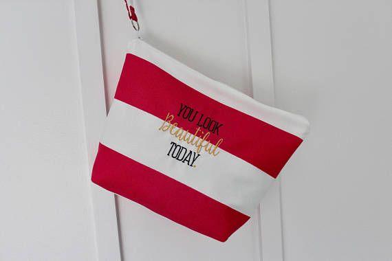 Monogramme trousse de maquillage, sac humide, résistant à l'eau sac cadeau personnalisé, cadeau de demoiselle d'honneur, sac à cosmétiques, nager costume, fête de mariage cadeau-  Élégant, de la hanche et surtout utile! Vous rappeler que tu es belle chaque jour avec notre trousse zippée étanche que sac est doublé avec durable PUL (polyuréthane laminé) il est donc parfait pour le rangement des Articles de toilette, humide, maillots de bain, des vêtements, bouteilles de crème solaire gras et…