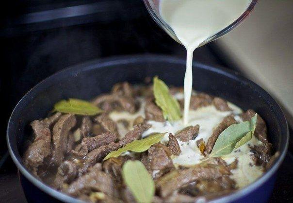 Фото к рецепту: Бефстроганов с грибами и сливками.