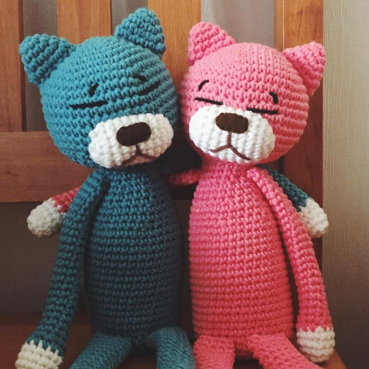 새식구...🤗  주문하신 울 고객님들 닮은것 같은 느낌적인 느낌...ㅋㅋㅋ  .  #나나스바스켓 #핸드메이드 #손뜨개 #코바늘뜨기 #뜨개질 #아미네코 #고양이인형 #handmade #knitting #crochet #nanasbasket #유진유나닮은꼴 #유진유나어깨동무하는것은본적이없고 #아마했으면둘다딱이표정일듯🤣 #이름은니들이지어라 #귀요미들마구마구늘어나는중