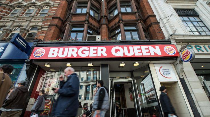 Giovedì 21 aprile - cambio insegna per Burger King in occasione del 90° compleanno della regina - Il Post