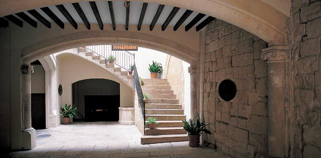 Can Llorenç Villalonga, Palma de MallorcaThe patio is believed to date back to the 19th century and was built on top of a much older base. Its structure follows the traditional trend. This was the house of writer Llorenç Villalonga until his death in 1980. It was owned by his wife, Mrs. Teresa Gelabert i Gelabert from Binissalem.