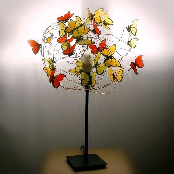 Lámparas de mesa - Lampara con mariposas rojas, naranjas y amarillas - hecho a mano por Marcela-Delacroix en DaWanda
