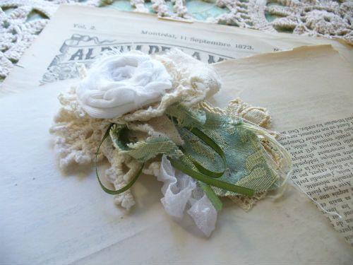 Broche de Rosette de tissu blanc par par WeeWoollyBurros sur Etsy