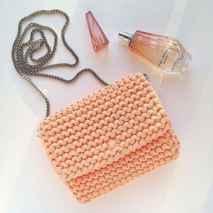 Bolso  tejido a trapillo color melón pequeño con cadena y botón magnético con lindos accesorios.  by @katerinka_kasyanova  #handmade #diy #cosy #knit #knitting #trapillo #tshirtyarn #crochet #stitch #knittersofinstagram #yarn #crocheting #instacrochet #tejer #ganchillo #yarnaddict #handcraft #knitwear #shopsmall #crochetersofinstagram #Labrigo