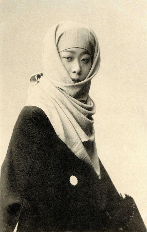 "Geiko (geisha) Kokin (小きん) of Osaka, dressed in winter clothing. The same image appears in the book ""Kyoto Osaka imayō bijin fūzoku"" (The 66 most attractive geisha of Kyoto and Osaka) by Kazumasa Ogawa, published by Hakubunkan, in Meiji 36 (1903)."