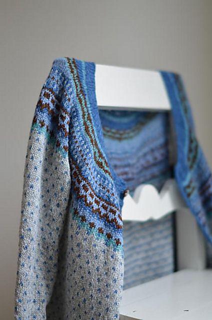 Jeg bruker 6 kontrasttråder (i blått og brunt) og 1 hovedfarge (grått).  Siden jeg har en strikkefasthet som passer mønsteret Ovenfraognedjakka (som blir publisert i august) følger jeg bare mønster...