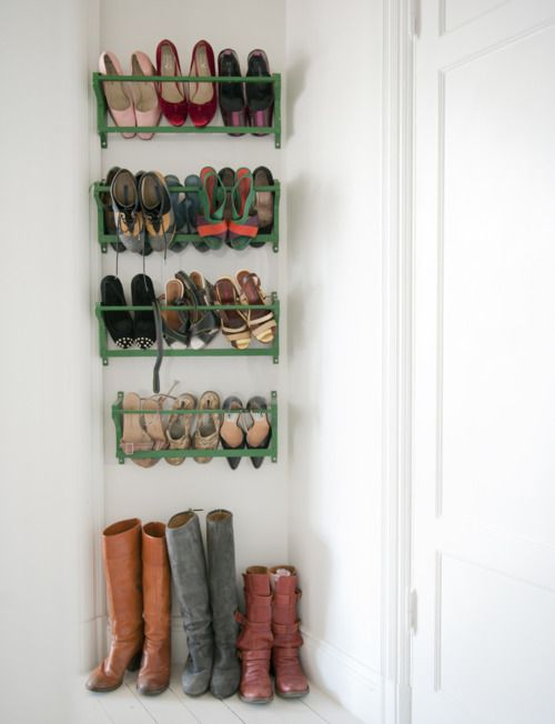 Colorful shoe rackGreen Shoes, Painting Shoes, Back Doors, Red Boots, Shoes Organic, Entry Organic, Small Spaces, Shoes Storage, Shoes Racks