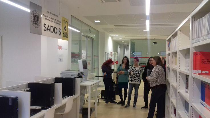 Estudiantes de la Facultad de Comunicación y Documentación de la Universidad de Granada viendo el funcionamiento de #SADDIS en la Biblioteca de la Facultad de Derecho. #bibliotecaugr #formacion Herramienta de apoyo a los usuarios con discapacitad visual.
